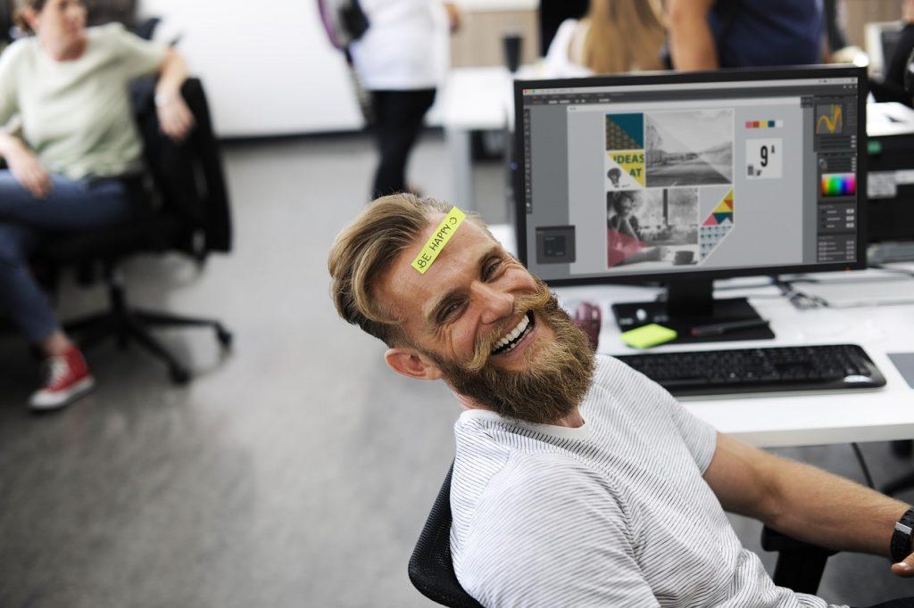 Homme joyeux à son poste de travail