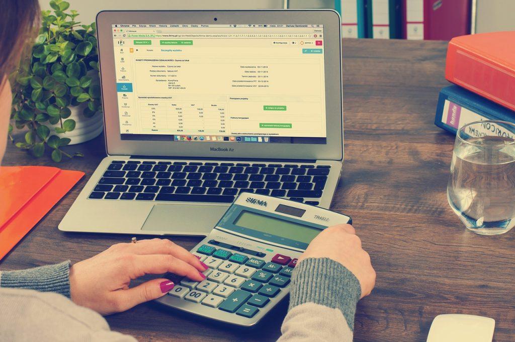 Gérer des factures sur ordinateur